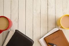 Estudio de la biblia y una taza de café imagenes de archivo