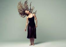 Estudio de la danza de la mujer hermoso foto de archivo