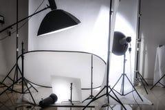 Estudio de la foto con las luces y el fondo blanco Imagen de archivo