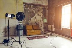 Estudio de la foto del Grunge en viejo sitio Interior del estudio de la foto Equipo de la foto imagen de archivo