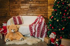 Estudio de la fotografía del Año Nuevo con el árbol de navidad Imagen de archivo libre de regalías