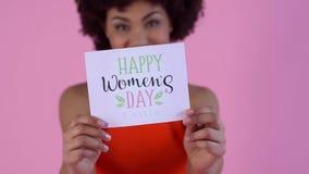 Estudio de la mujer joven aislado en tarjeta feliz rosada del día del ` s de las mujeres metrajes