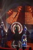 Estudio de la show televisivo de la música, mujer joven que canta, decoración Foto de archivo libre de regalías
