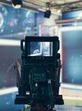 Estudio de la televisión con la cámara y las luces - NOTICIAS de registración de la TV Foto de archivo