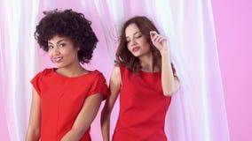 Estudio de las mujeres jovenes aislado en el baile rosado del día del ` s de las mujeres almacen de video
