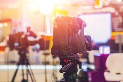 Estudio de las NOTICIAS de la TV con la cámara y las luces imagen de archivo libre de regalías