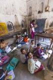 Estudio de los niños en la escuela del pueblo Fotografía de archivo libre de regalías