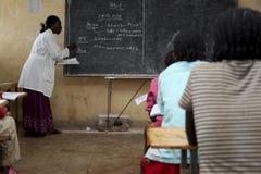 Estudio de los niños en la escuela etíope Foto de archivo libre de regalías