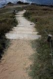 Estudio de los pasos de madera fijados en arena Fotos de archivo