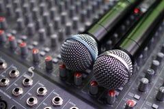 Estudio de mezcla con los micrófonos Imagen de archivo