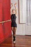 Estudio de Practicing In Dance del bailarín de ballet agraciado Fotografía de archivo