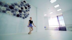 Estudio del ballet con un bailarín de sexo femenino que practica en él almacen de video