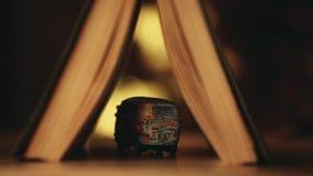 Estudio del bokeh del oro del libro del coche del juguete metrajes