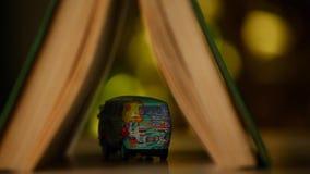 Estudio del bokeh del oro del libro del coche del juguete almacen de metraje de vídeo