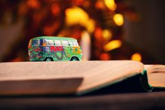 Estudio del bokeh del oro del libro del coche del juguete imagenes de archivo