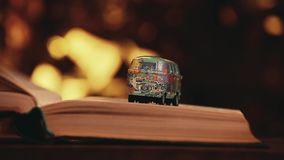 Estudio del bokeh del oro del libro del coche del juguete almacen de video