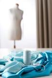 Estudio del diseñador de moda con el maniquí Foto de archivo libre de regalías
