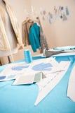 Estudio del diseñador de moda con el maniquí Imagenes de archivo
