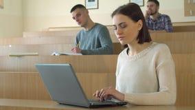 Estudio del estudiante en el ordenador portátil almacen de metraje de vídeo