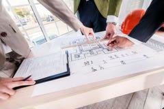 Estudio del proyecto arquitectónico Tres arquitectos consideran Imagen de archivo libre de regalías
