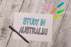 Estudio del texto de la escritura en Australia Significado del concepto que entra orden del país extranjero terminar su nota llan foto de archivo
