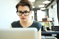 Estudio enorme del desván del ordenador portátil del uso de la mujer del inconformista Estudiante Researching Process Work Negoci Fotos de archivo