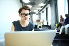 Estudio enorme del desván del ordenador portátil del uso de la mujer del inconformista Estudiante Researching Process Work Negoci Imagenes de archivo