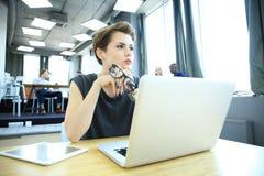 Estudio enorme del desván del ordenador portátil del uso de la mujer del inconformista Estudiante Researching Process Work Negoci Imagen de archivo libre de regalías