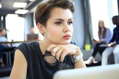 Estudio enorme del desván del ordenador portátil del uso de la mujer del inconformista Estudiante Researching Process Work Negoci Fotos de archivo libres de regalías