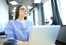 Estudio enorme del desván del ordenador portátil del uso de la mujer del inconformista Estudiante Researching Process Work Negoci Fotografía de archivo libre de regalías