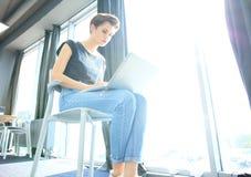 Estudio enorme del desván del ordenador portátil del uso de la mujer del inconformista Estudiante Researching Process Work Negoci Fotografía de archivo