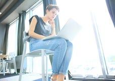 Estudio enorme del desván del ordenador portátil del uso de la mujer del inconformista Estudiante Researching Process Work Negoci Foto de archivo