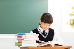 Estudio feliz de la muchacha del adolescente en la sala de clase Fotos de archivo libres de regalías