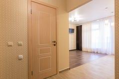 Estudio interior, visión desde la puerta principal al cuarto y la puerta del cuarto de baño imagen de archivo libre de regalías