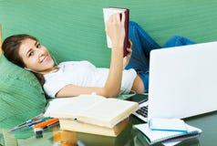 Estudio joven del estudiante en casa Foto de archivo