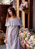 Estudio, mujer, vestido del algodón, al aire libre, cerca para arriba Fotos de archivo libres de regalías