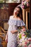 Estudio, mujer, vestido del algodón, al aire libre, cerca para arriba Fotos de archivo