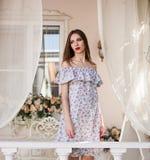 Estudio, mujer, vestido del algodón, al aire libre, cerca para arriba Imagen de archivo