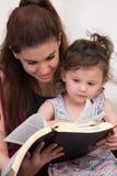 Estudio piadoso de la biblia de la hija de la madre fotografía de archivo libre de regalías