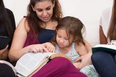 Estudio piadoso de la biblia de las señoras imagen de archivo libre de regalías