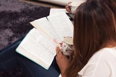Estudio piadoso para mujer de la biblia fotos de archivo libres de regalías