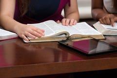 Estudio piadoso para mujer de la biblia fotografía de archivo