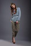 Estudio tirado de modelo de moda de moda en pantalones y blusa Foto de archivo libre de regalías