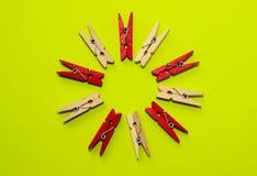 Estudio tirado de una clavija de madera Clothespegs coloreado Foto de archivo