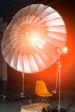 Estudio vacío de la foto con el equipo moderno del interior y de iluminación Preparación para el tiroteo del estudio: iluminación fotos de archivo libres de regalías