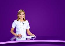 Estudio violeta del Anchorwoman TV Foto de archivo libre de regalías