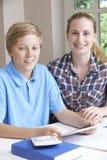 Estudios caseros femeninos de Helping Boy With del profesor particular usando la tableta de Digitaces Imagen de archivo libre de regalías