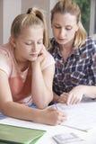 Estudios caseros femeninos de Helping Girl With del profesor particular Imagen de archivo
