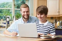 Estudios caseros masculinos de Helping Boy With del profesor particular Fotos de archivo libres de regalías