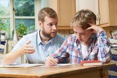 Estudios caseros masculinos de Helping Boy With del profesor particular Imagen de archivo